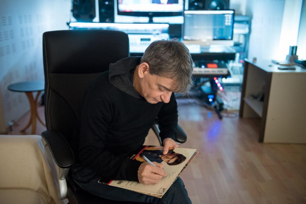 Ο Μιχάλης δέχεται με χαρά να υπογράψει τους δίσκους της αδερφής μου - Φωτογραφία: Θανάσης Καρατζάς